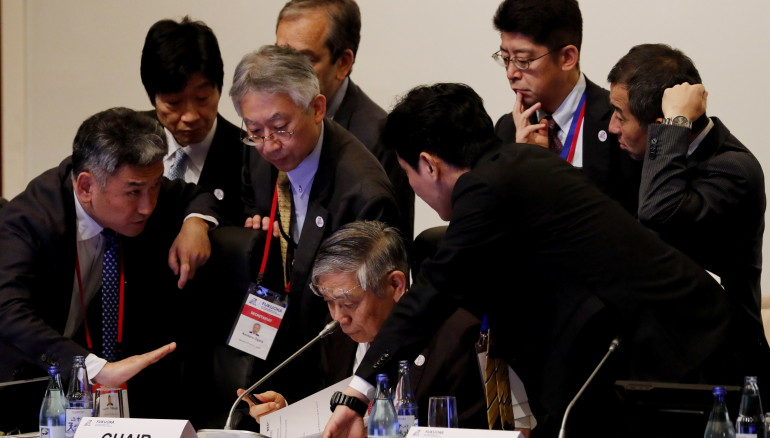 TOK710. Fukuoka (Japan), 08/06/2019.- Haruhiko Kuroda (C), governor of the Bank of Japan (BOJ) is surrounded by his delegates during the G20 Finance Ministers and Central Bank Governors Meeting in Fukuoka, Japan, 08 June 2019. (Japón) EFE/EPA/KIM KYUNG-HOON / POOL