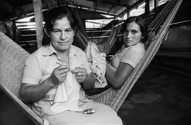 Bordadoras en refugio de Colomoncagua Archivo Histórico Museo de la Palabra y la Imagen