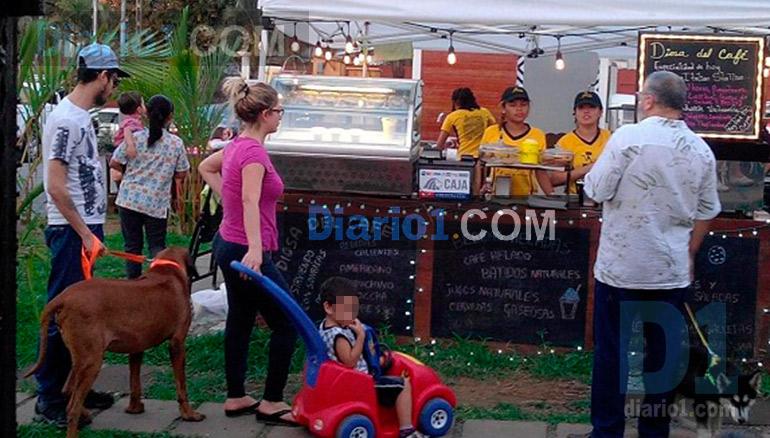Foto D1. Mauricio Funes junto a su compañera de vida Ada Michelle Guzmán y dos de sus hijos en un negocio de Managua.