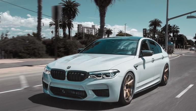 Hundió el BMW que le regalaron sus padres porque quería un Jaguar