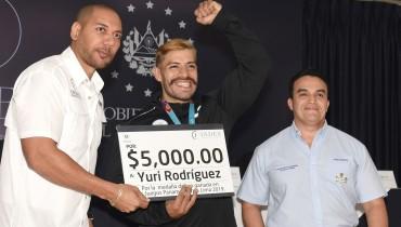 El INDES se comprometió a apoyar la participación de Yuri Rodríguez (centro) en el Mundial de Emiratos Árabes a realizarse este mes. /INDES