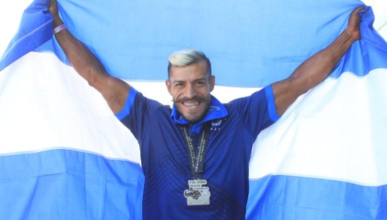 Yuri Rodríguez posa con la medalla de plata y la bandera de El Salvador en Emiratos Árabes. /INDES