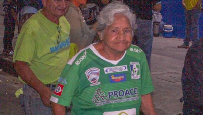 Doña Lilian sigue al Sonsonate desde los 10 años, cuando se llamaba Club Ferrocarril. /Foto Menjívar TV