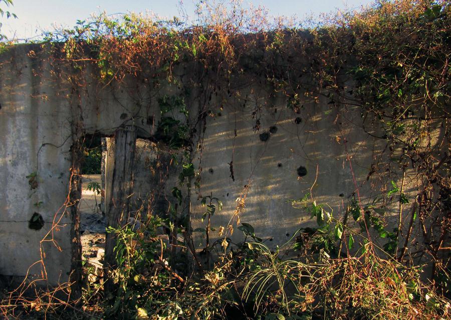 Casa con paredes llenas de rafagas EL MOZOTE