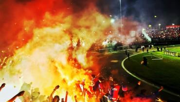 Así lució ayer el estadio Las Delicias con la quema de pólvora de la Turba Roja. /Foto C.D. FAS