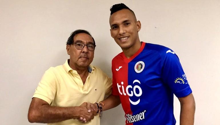 El gerente de FAS, Fredy Vega, da la bienvenida a Raúl Peñaranda. /Foto C.D. FAS