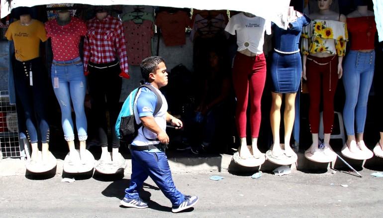 Herbert Aceituno recorre el centro de San Salvador mientras se dirige a los entrenamientos en el INDES. /Foto cortesía INDES