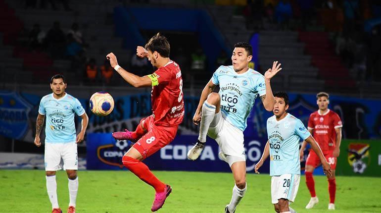 Erick Rivera (celeste) pelea el balón. /Foto Los Tiempos