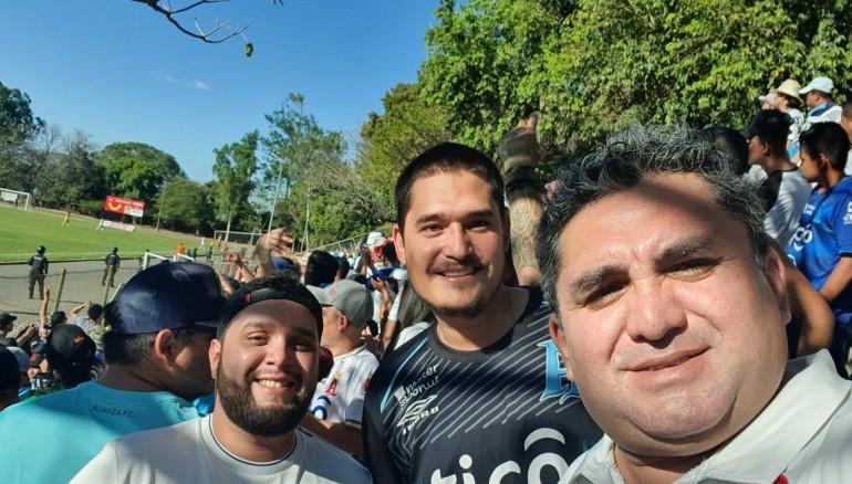 Rodrigo Ernesto Flores Pineda (izquierda) fue el elegido para viajar con el plantel de Alianza a México.