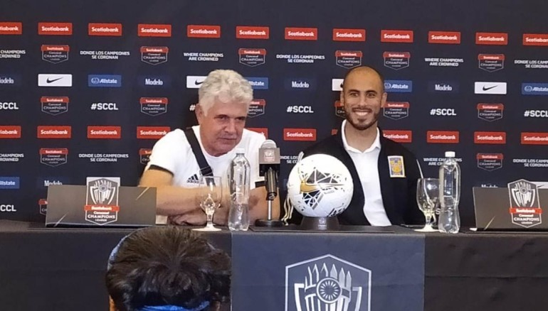 El técnico de Tigres, Ricardo Ferretti, durante la conferencia brindada hoy en El Salvador.