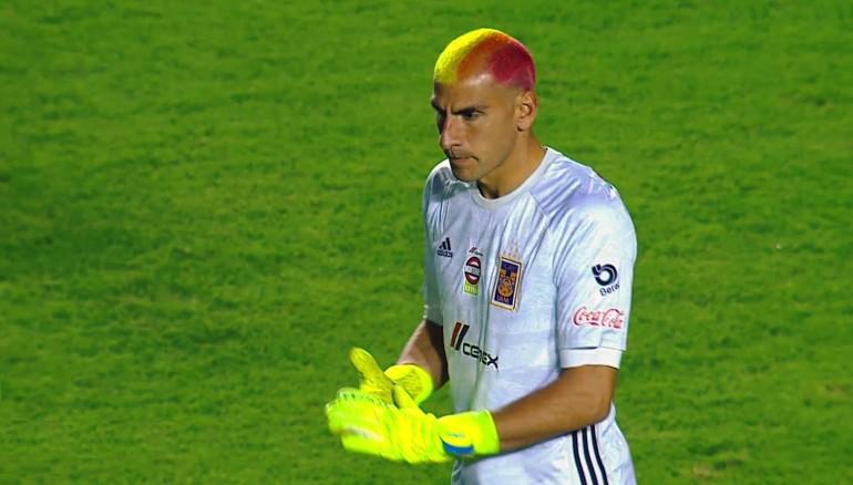 Nahuel Guzmán con el pelo teñido en apoyo a la comunidad LGBTQ durante el partido entre Tigres y el Atlético de San Luis por la jornada 1 del Clausura 2020.