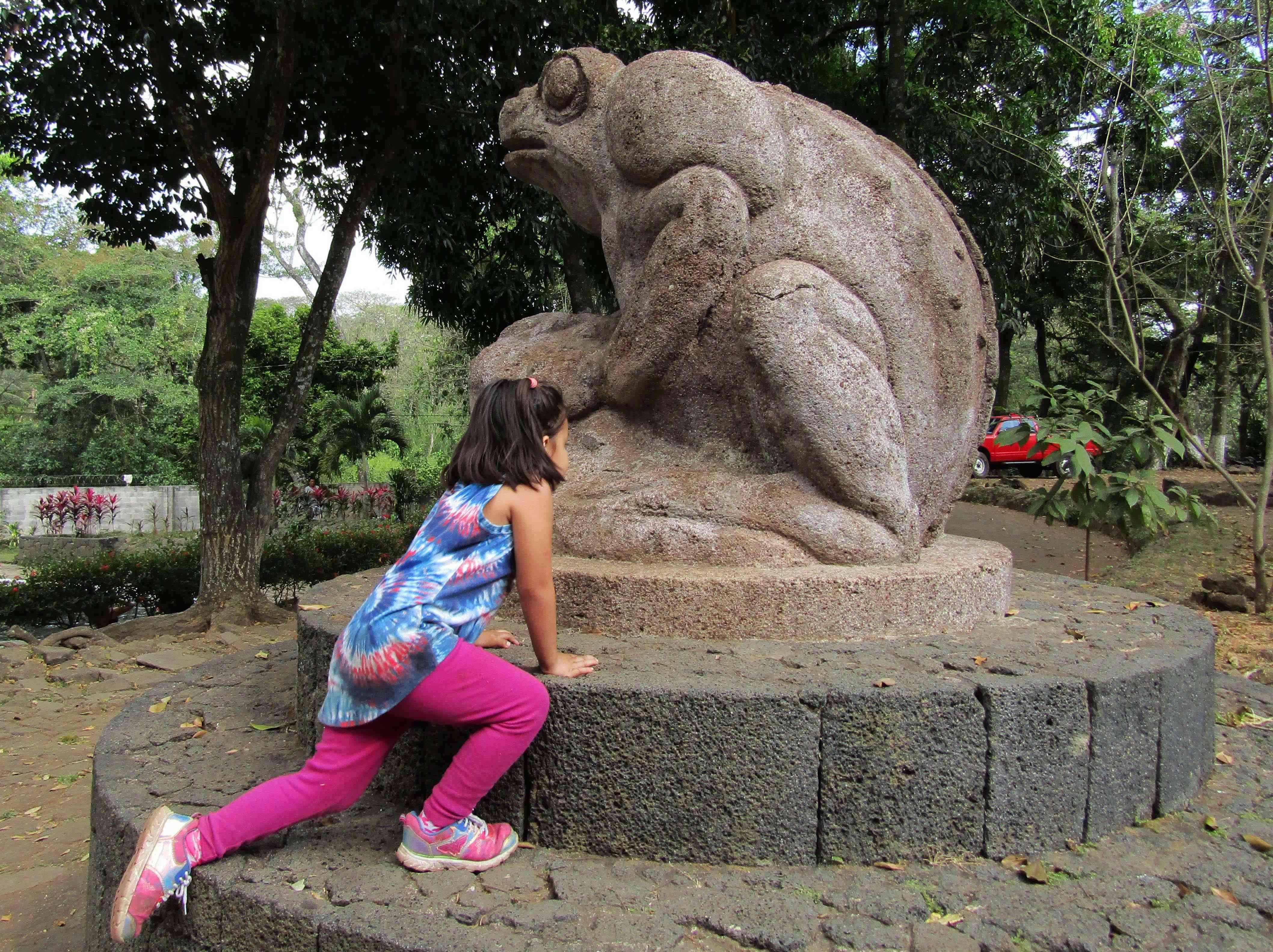 Niña sube en el Sapo escultura Valentin Estrada en Atecozol IZALCO