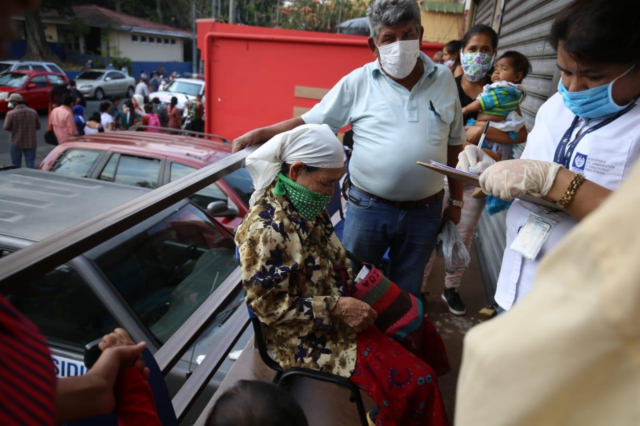 Personas de la tercera edad llegaron a los CENADE. /FOTO: D1, Miguel Lemus