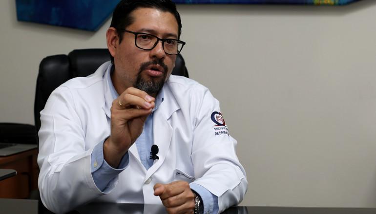 Manuel López Ramos, neumólogo salvadoreño, hace un llamado a la calma y la prevención ante el coronavirus. /FOTO: D1, Miguel Lemus.