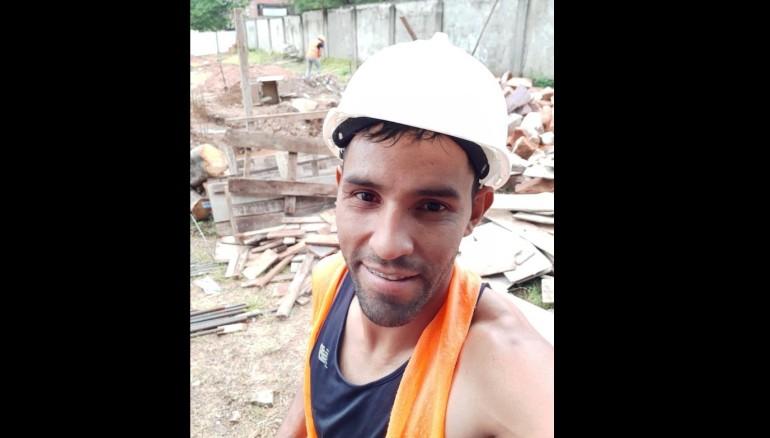 El Marcos Gamarra incursiona en albañilería al no tener dinero. /Foto redes