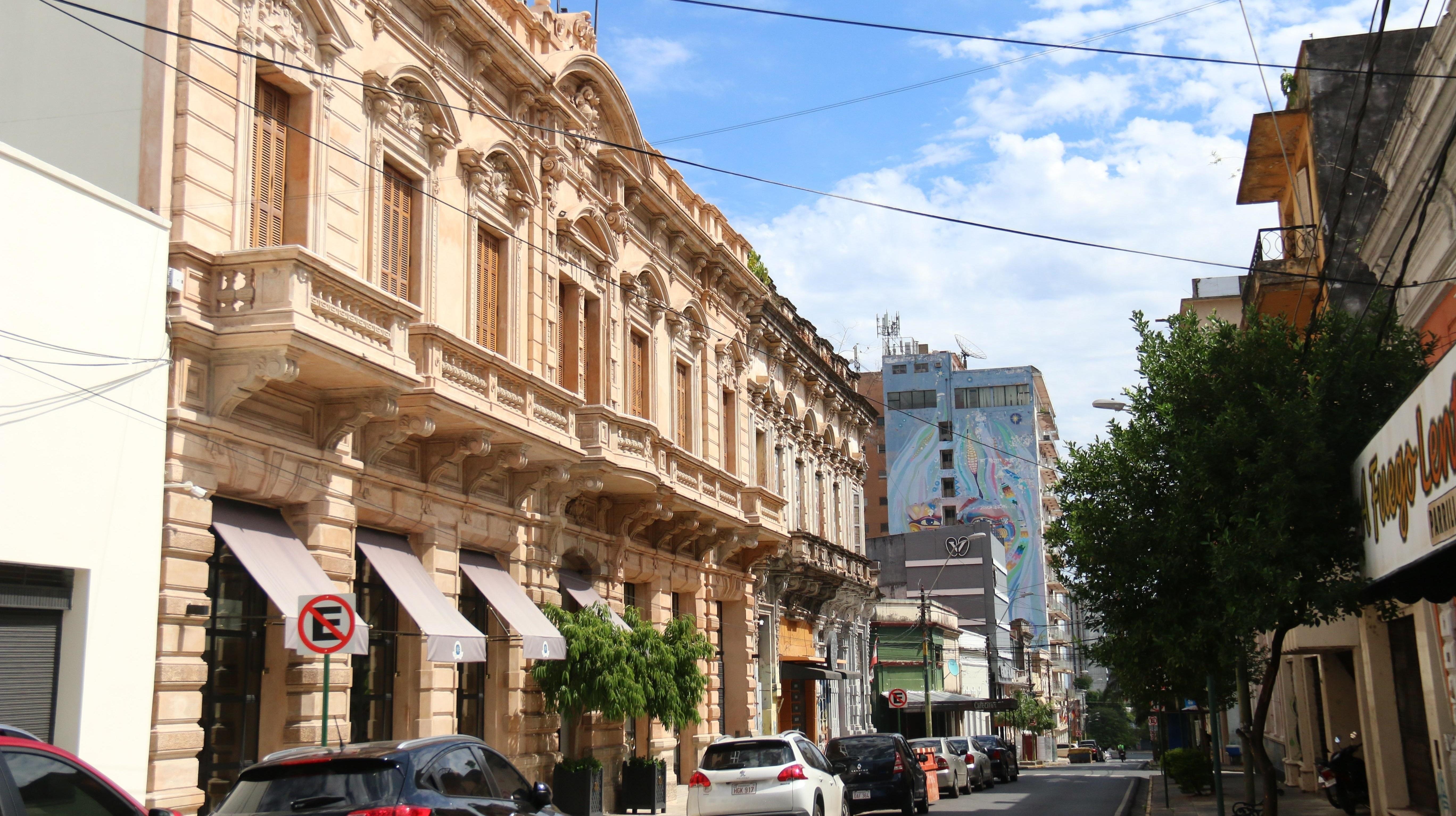 Vista del exterior del Hotel Palmaroga, donde el exfutbolista brasileño Ronaldinho Gaúcho y su hermano cumplen su segundo día de arresto domiciliario, este miércoles, en el centro de Asunción. /EFE