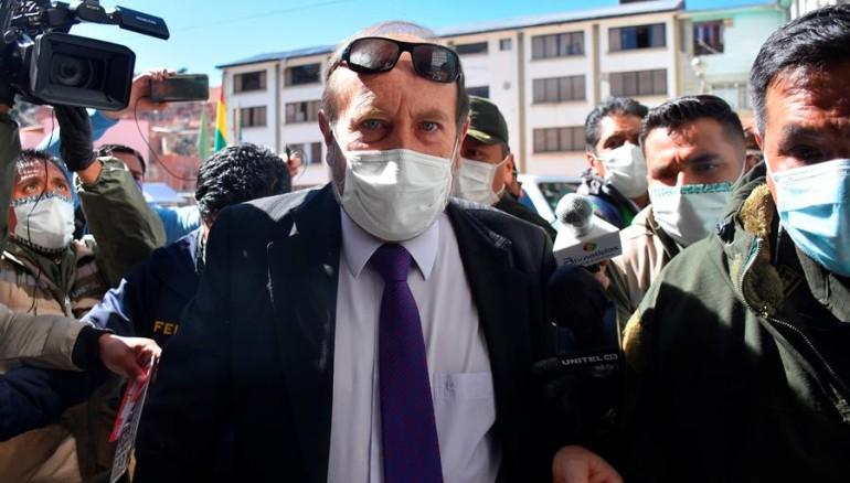 Mandan a la cárcel a exministro boliviano por compra de respiradores