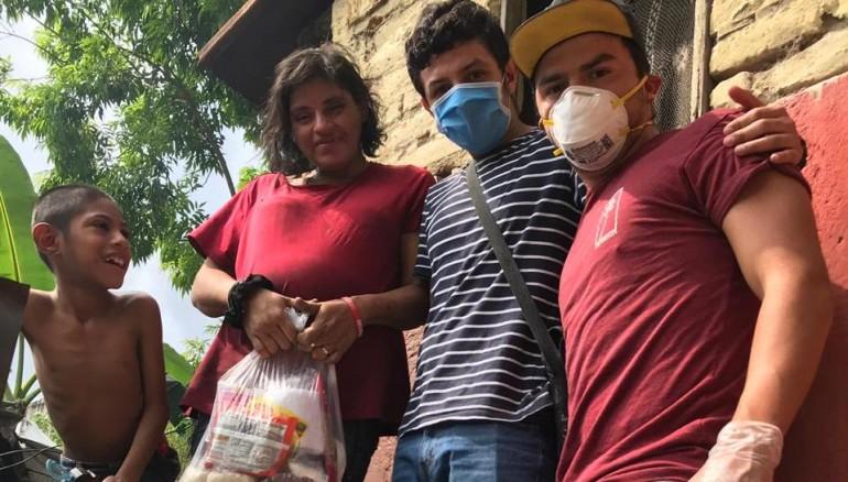 Tony Roque y Ronaldo Almendares repartieron víveres ayer a 80 familias de San Marcos. /Foto cortesía