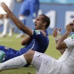 Chiellini y Luis Suárez protagonizaron uno de los episodios más recordados en el fútbol el Mundial de 2014. /EFE archivo