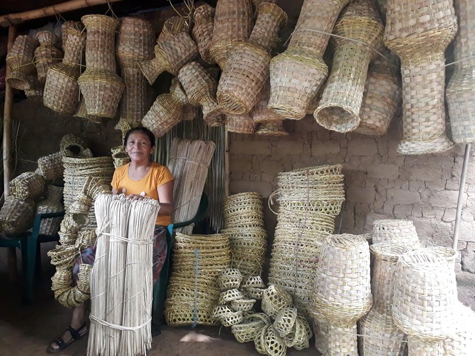 mujeres de Pushtan con articulos que elaboran del tule Foto Adriana Tadeo