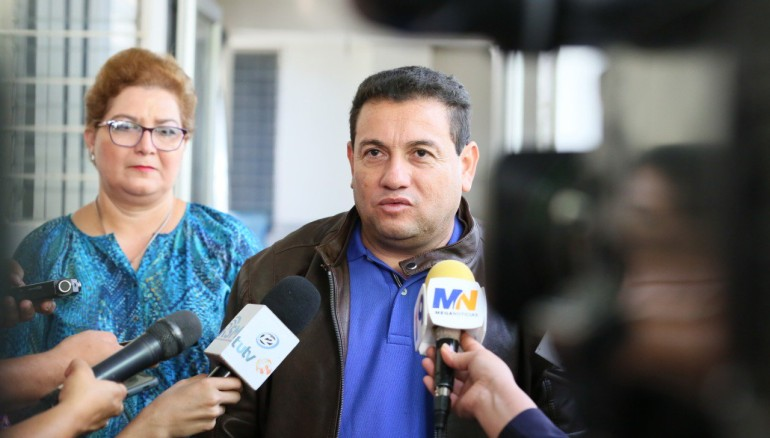 Ministro Rolando Castro junto a viceministra de Trabajo, Maritza Haydee Calderón