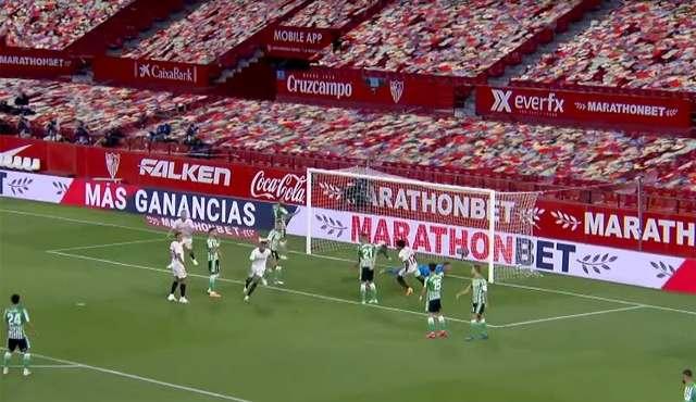 Público virtual en el partido entre el Sevilla y el Betis.