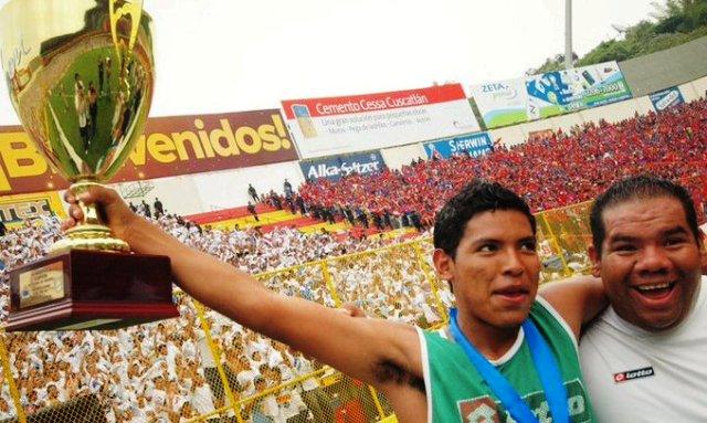 Elman Rivas levantando el título de campeón con la reserva de Alianza en 2011. /Foto Infierno Blanco