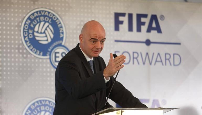 Gianni Infantino, presidente de la FIFA, durante su visita a El Salvador, el 20 de noviembre de 2019. /MIGUEL LEMUS, EFE