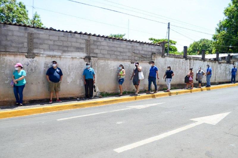 La población del municipio de La Unión respetó el distanciamiento físico durante la espera para hacerse las pruebas.