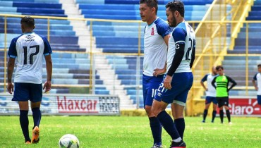 Felipe Ponce junto a Marvin Monterroza en una jugada a táctica fija. /Foto Alianza FC