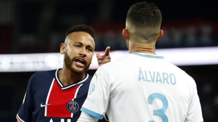 Neymar en discusión con Álvaro González. /EFE