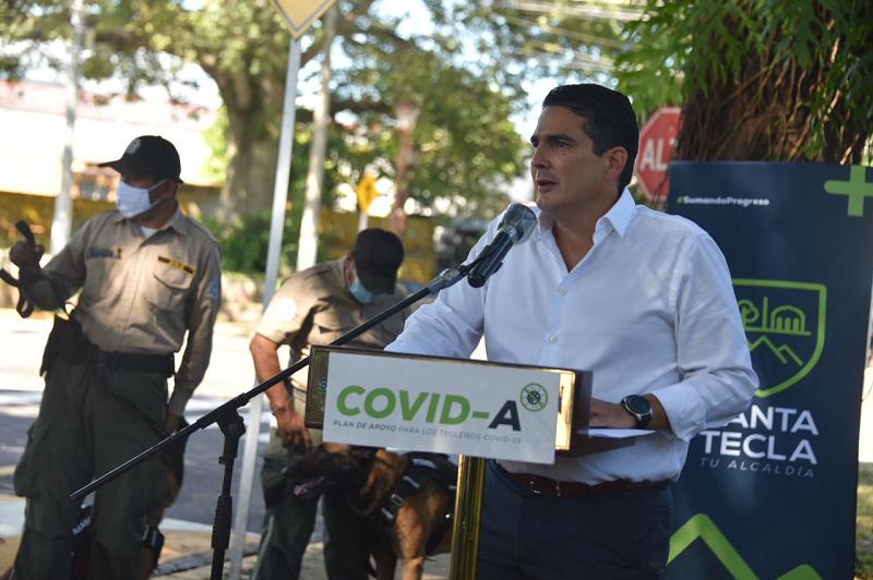 El alcalde de Santa Tecla, Roberto d'Aubuisson, durante el acto oficial que da inicio a la construcción de la clínica veterinaria.