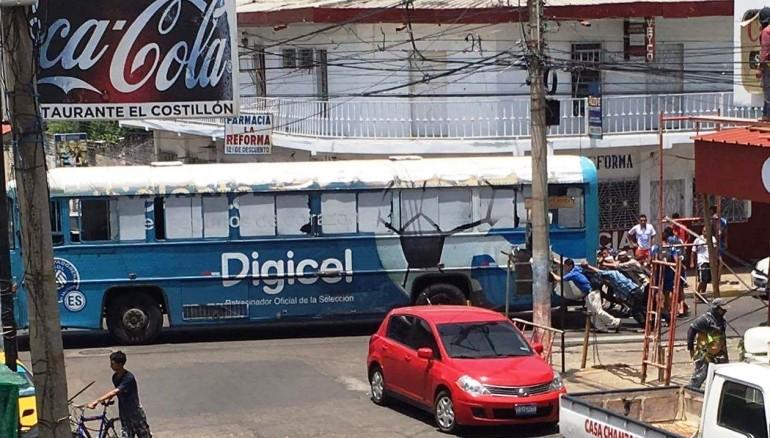 El viejo autobús de la Selecta empujado por los jugadores de fútbol playa. /Foto @NoticiasMenotty