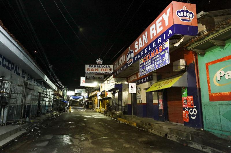 Desde las 11:00 de la noche, autoridades del MINSAL, Ministerio de Defensa y Policía Nacional Civil llegaron a instalar un cerco sanitario en Santa Rosa de Lima.