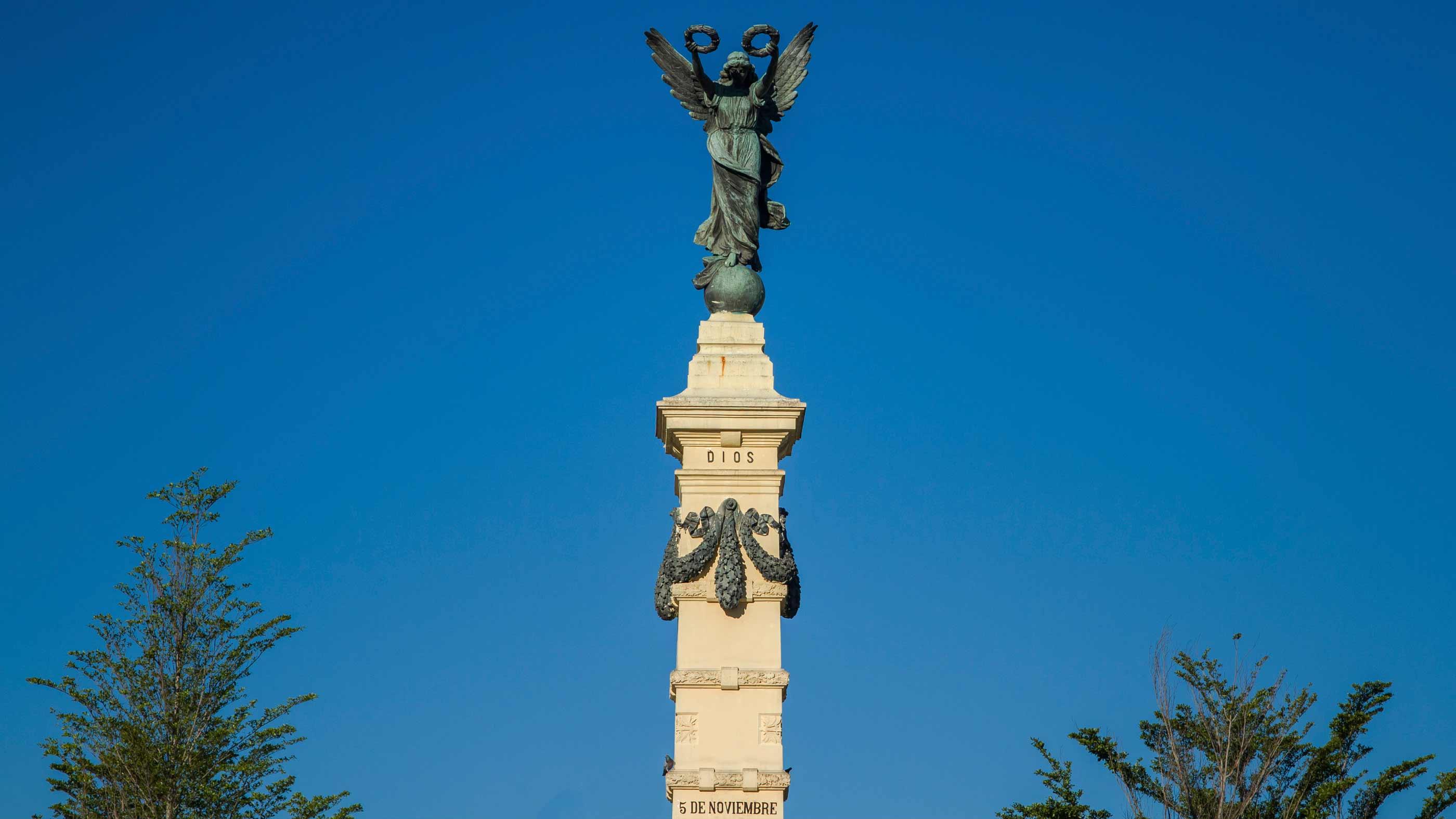 Monumento Ángel de la Independencia en la Plaza La Libertad
