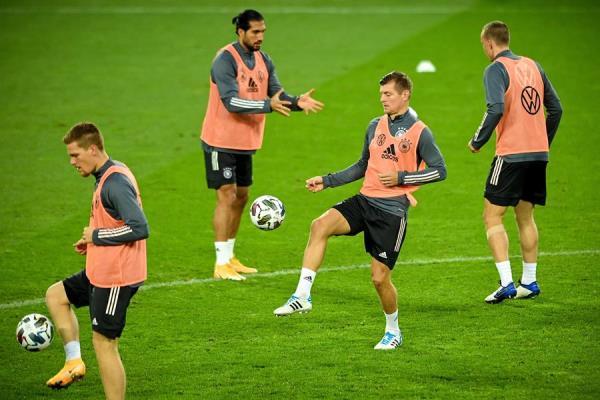 Sergio Ramos (segundo desde la izquierda) se perderá el estreno en Champions por problemas en la rodilla. FOTO: EFE