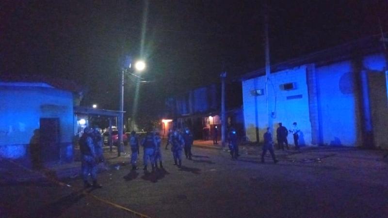 """Autoridades de la PNC llegaron al sector conocido como """"La Isla"""", en las inmediaciones de La Tiendona."""
