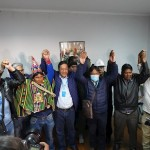 El exministro boliviano Luis Arce (2i), candidato presidencial del Movimiento al Socialismo (MAS) de Evo Morales, y su candidato a la Vicepresidencia, David Choquehuanca (2d) celebran este lunes, en La Paz, los resultados extraoficiales que les dan como ganadores de las elecciones generales en Bolivia. EFE/Stringer