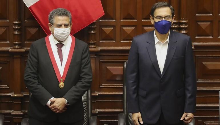 Martín Vizcarra (d), junto al expresidente del Congreso, Manuel Merino (i), durante un pleno en Lima (Perú). /Foto EFE