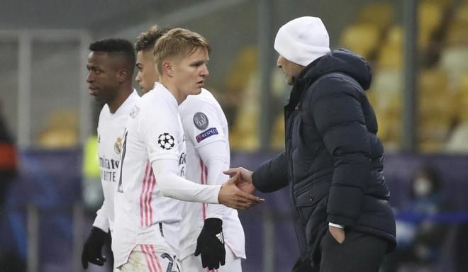 Martin Odegaard en charla con Zidane. /Foto @DeportesCuatro