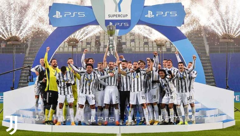 La Juventus alza la Supercopa de Italia. /Foto @JuventusFCWomen