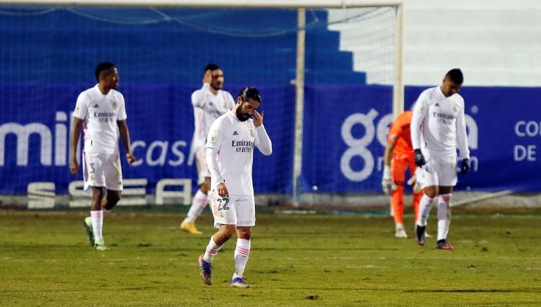 Los jugadores del Real Madrid tras encajar el gol conseguido por Jose Solbes en la Copa del Rey. /EFE