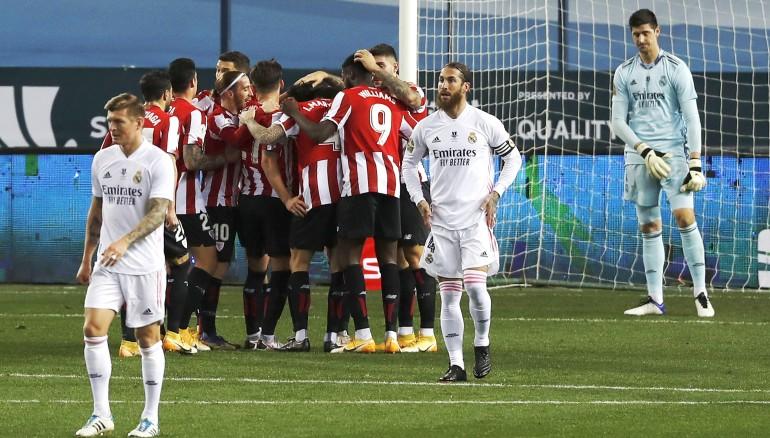 Los jugadores del Athletic Club celebran el gol de Raúl García. /EFE