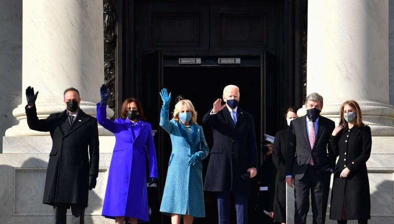 Joe Biden y Kamala Harris, junto con sus familias, en las escalinatas del Capitolio, en las que juraron como el nuevo binomio presidencial estadounidense. Foto: EFE.