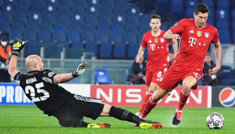 Robert Lewandowski al momento de anotar el primer gol del Bayern. EFE/EPA/MAURIZIO BRAMBATTI/BT