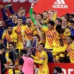 Los jugadores del FC Barcelona posan con el trofeo de campeones de la Copa del Rey. /EFE