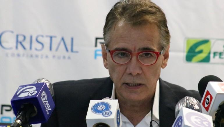 Carlos de los Cobos durante la conferencia de prensa brindada hoy en la que anuncia su no continuidad. /Foto cortesía Milton Aparicio