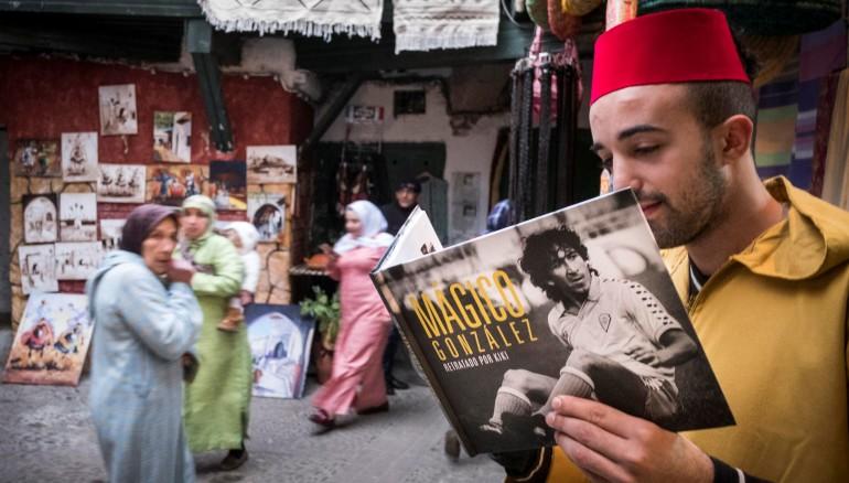 Un turco sostiene el libro 'Mágico González, retratado por Kiki' en sus manos. /Foto Joaquín Hernández