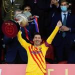 Leo Messi tras recibir de manos del rey Felipe VI el trofeo de la Copa del Rey. /EFE