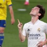 El lateral del Real Madrid Odriozola celebra tras marcar el segundo gol ante el Cádiz. /EFE